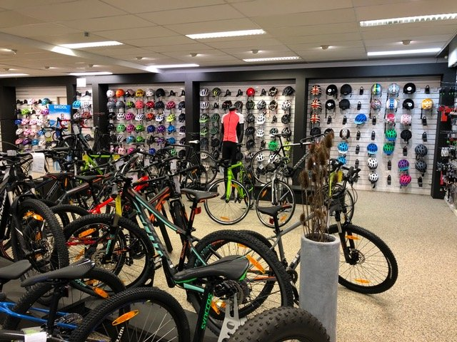 Vi har også et stort udvalg i cykeludstyr til salg i butikkerne i Kolding og Vejen