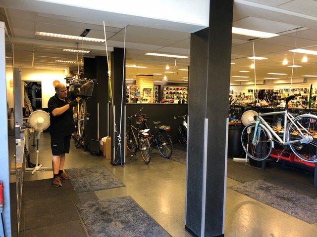 Cykelmekaniker i gang på et af vores cykelværksteder i Kolding eller Vejen